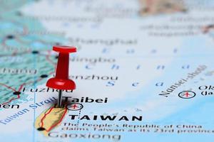 taibei fixada em um mapa da ásia foto