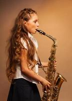 vista parcial de uma garota tocando saxofone alto
