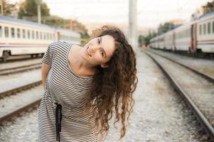 garota em uma estação de trem foto