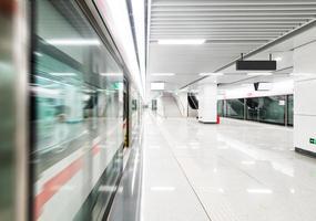 trem em movimento rápido na estação de metrô