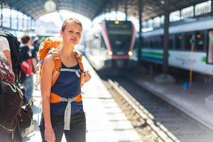 jovem bonita em uma estação de trem foto