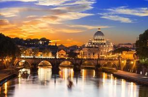 Basílica de São Pedro e Rio Tibre em Roma foto
