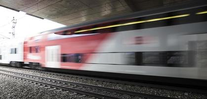 trem rápido passando por baixo da ponte foto