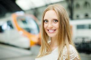 mulher esperando trem