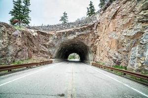 túnel na estrada foto