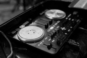 imagem em preto e branco da plataforma giratória na discoteca festa foto