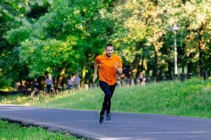 jovem correndo no parque foto