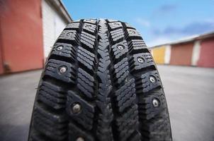 rolando o pneu de perto. conceito de viagens foto