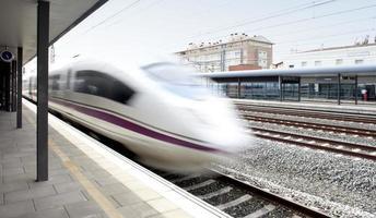 trem de alta velocidade em movimento em uma estação ferroviária foto