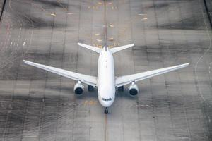 avião em uma pista. foto