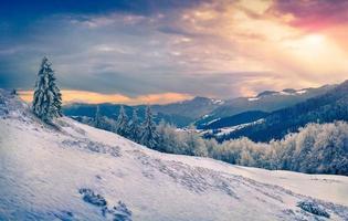 lindo nascer do sol de inverno nas montanhas. foto