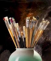 pincéis do artista em uma panela