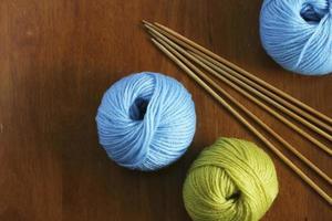 lã e agulha de tricô foto
