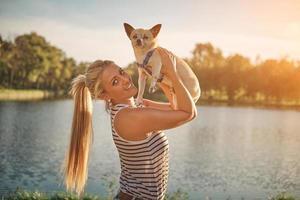 menina loira e chihuahua foto