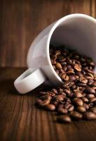 grãos de café em close-up de xícara branca foto