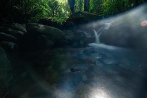cenário natural nas cachoeiras khlong pla kang foto