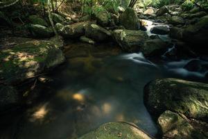 cenário natural na cachoeira khlong pla kang foto