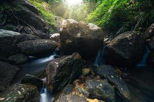 cenário natural na cachoeira khlong pla kang na tailândia foto