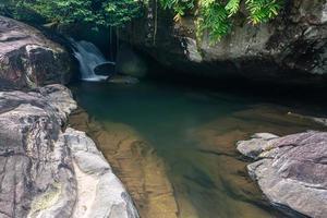 riacho na cachoeira khlong pla kang na tailândia foto