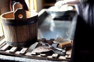 balde de madeira e ferramentas