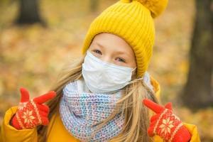 garota usando máscara facial e roupas de inverno