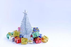 árvore de natal com presentes coloridos