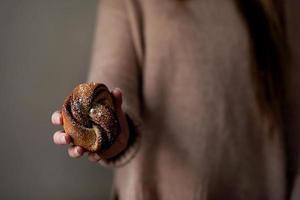 pessoa segurando pão