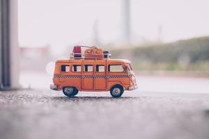 ônibus amarelo de brinquedo foto