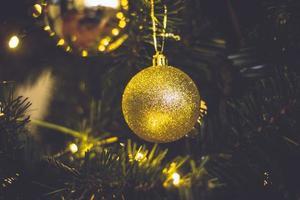enfeite de natal com glitter dourado