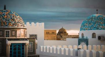 Kairouan, áfrica do norte, 2020 - mesquitas de construção branca e verde-azulada