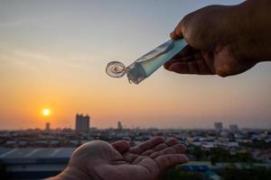 álcool gel para lavagem das mãos em tubo de plástico