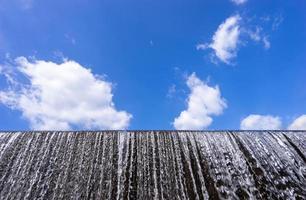 fluxo de água no açude e céu azul