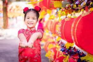 menina asiática em vestido tradicional chinês foto