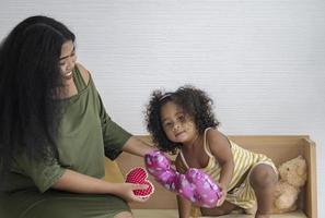 mãe e filha brincando