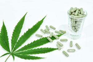 folha de cannabis e cápsulas de comprimido