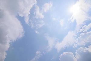 céu azul e nuvens ao pôr do sol foto