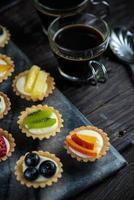 mini tortinhas de frutas frescas servidas com café foto