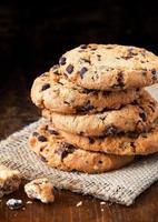 biscoitos de chocolate na velha mesa de madeira