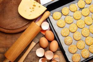 biscoitos de queijo no fundo de madeira foto