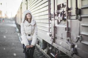 mulher elegante em dia de neve em uma plataforma