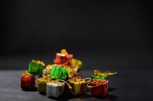 fundo de feliz natal com pequenas caixas de presente