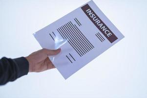 mão segurando um documento