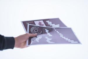 mão segurando documentos