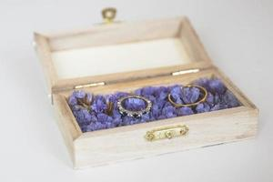 alianças em uma caixinha de madeira foto