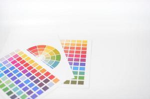 testes de cores colocados em fundo branco