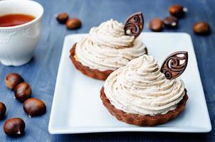 tartelete de chocolate com cobertura de creme de castanha foto