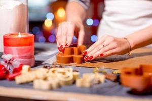 fazendo biscoitos de gengibre no natal