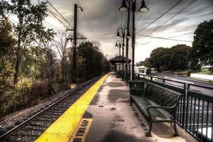 plataforma da estação ferroviária local foto