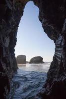 caverna na costa - cueva en la playa foto