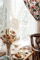 chá da tarde em uma sala de estilo vintage. foto